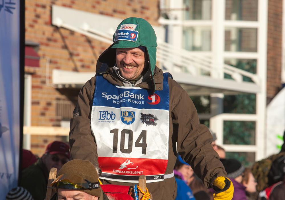 TOM FRODE JOHANSEN KJØRER FOR Å FULLFØRE SITT TJUENDE FINNMARKSLØP, foto av Jørn Losvar.