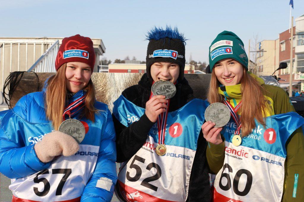 F.v. Solveig Kristine Kvam, Ole Henrik Isaksen Eira og Maria Jøraholmen på pallen med medaljene sine. (Foto: Ann Christin Pettersen)