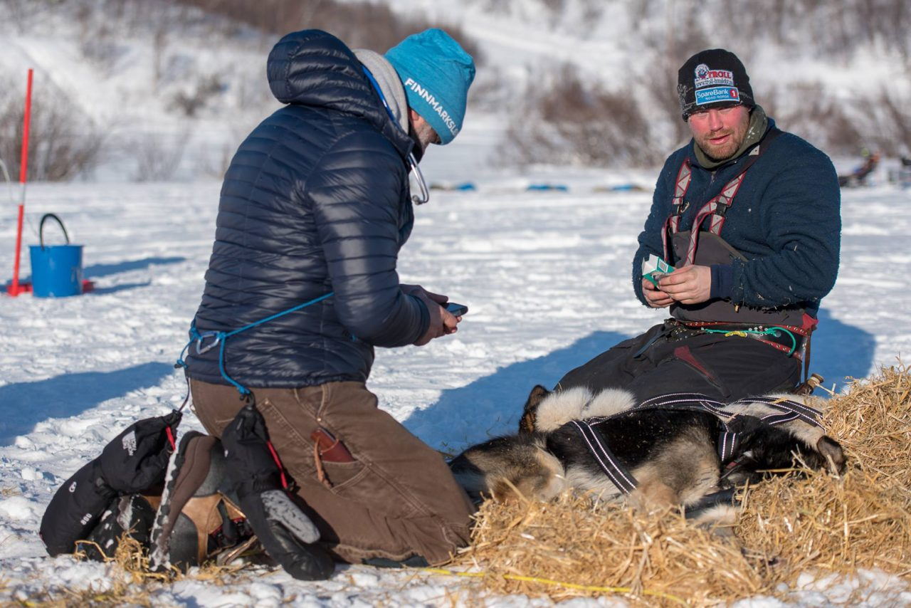Kristian Walseth smiles and has 10 dogs in his team. (Photo: Reidar Arnesen/@arcticlapse)