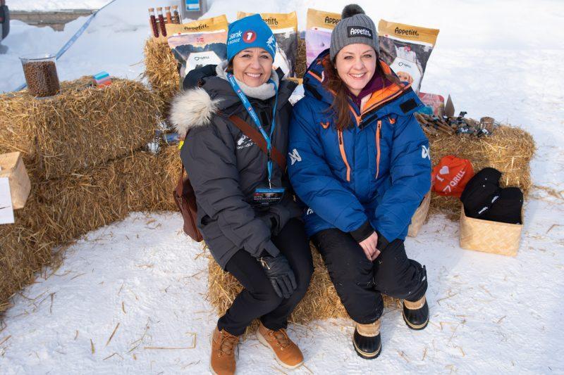 Daglig leder i Finnmarksløpet, Svanhild Pedesen (t.v.) er svært glad for å ha Appetitt og Maren Dahl med på laget. (Foto: Morten Broks)
