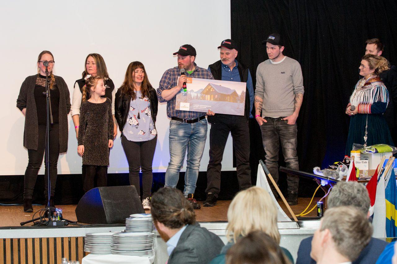 Kristian Walseth med familienog laget sitt, som alle skal få nyte godt av den nye Saltdalshytta! (Foto: Mikhail Pankov)
