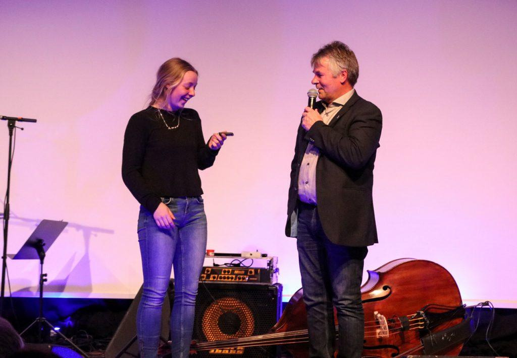 Hanna Lyrek ble overrasket på banketten av Leif Rasmussen, avdelingsleder ved Harila i Alta