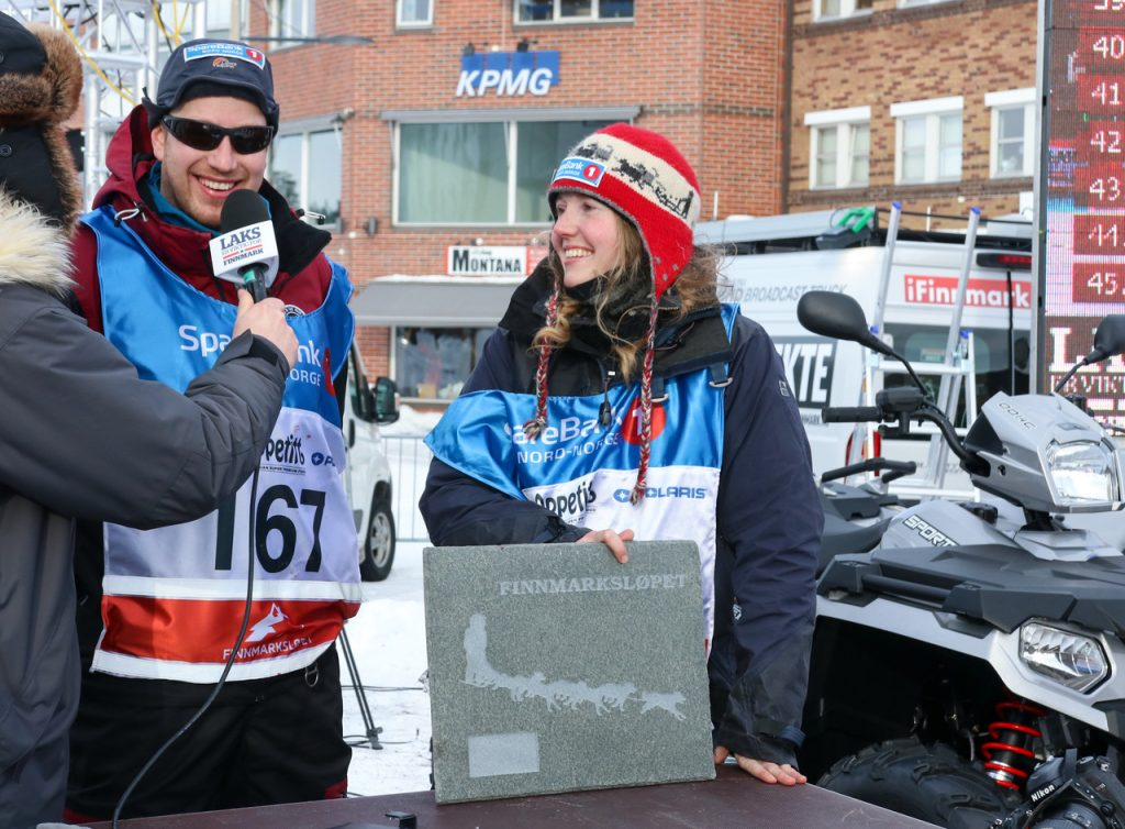 Hans Petter Haugen og Linda Monsen Vassdal intervjues på livesendinga til Finnmarksløpet etter å ha fullført FL-500 for aller første gang.