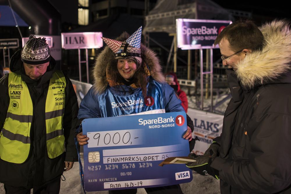 Nora Själin kom i mål under banketten og ble møtt av en feststemt gjeng. Mange vil kjenne Nora som mentor for Mariell i NRK-serien 'Iskald'.