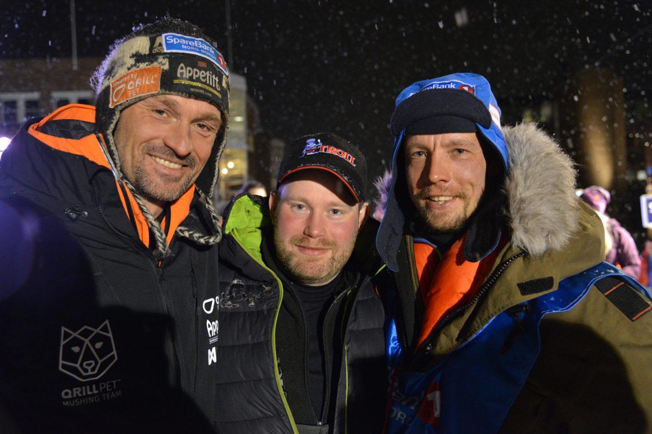 John EriK Eriksen (t.h.) ble møtt av vinnter Thomas Wærner (t.v.) og sølvmedaljevinner Kristian Walseth (midten) da han kom i mål i Alta i kveld. (Foto: Morten Broks)